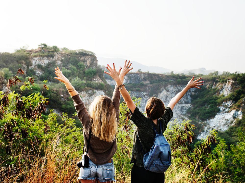 Deux adolescents bénéficiant d'une vue sur la montagne