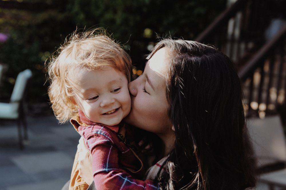 Une mère partage un moment heureux avec sa fille