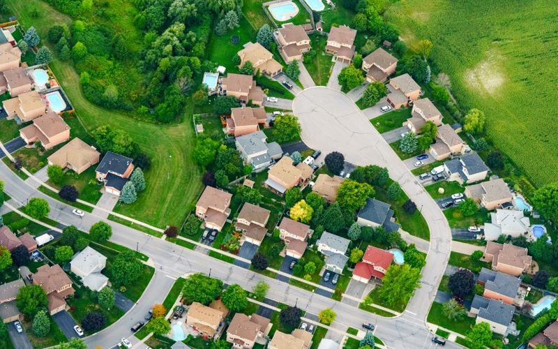 Discover the top 5 little-known suburbs to live in Canada. Bonus: Top 6 questions to ask when choosing a neighborhood in Canada.